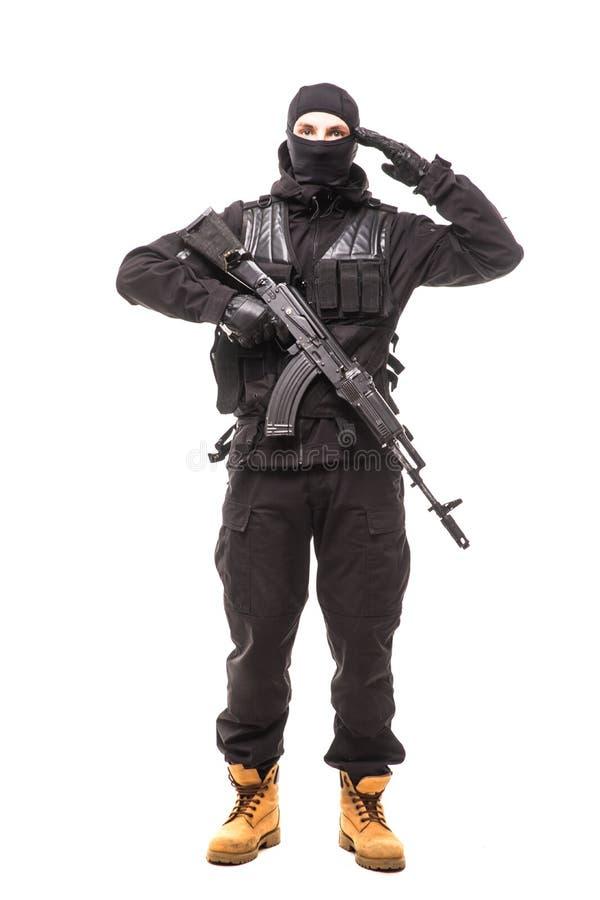 Porträt des Soldaten ein Gewehr und eine Begrüßung halten stockfotos
