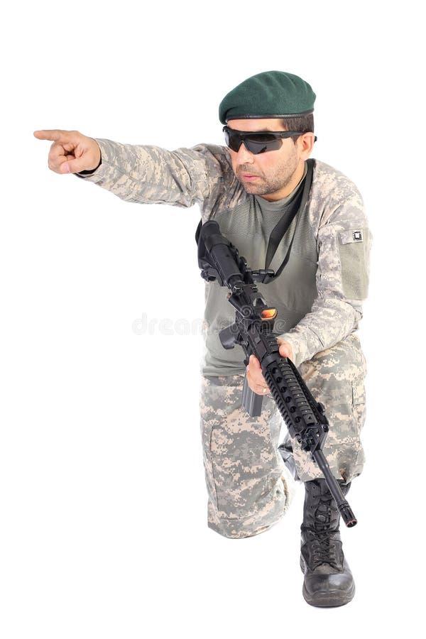 Porträt des Soldaten oder des Kommandanten, die sein Gewehr und Zeigen halten lizenzfreies stockbild