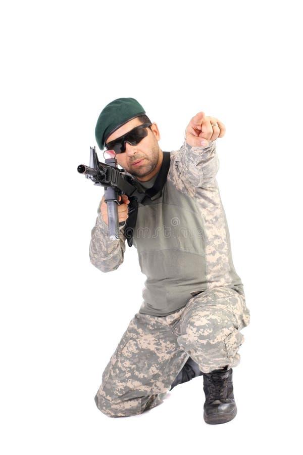 Porträt des Soldaten oder des Kommandanten, die sein Gewehr und Zeigen halten stockfoto