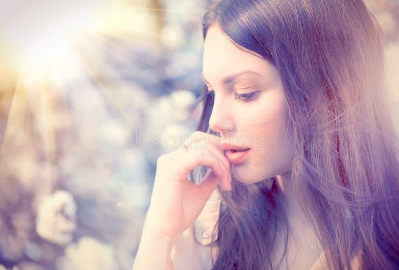 Porträt des Sommermode-Mädchens im Freien stockbild