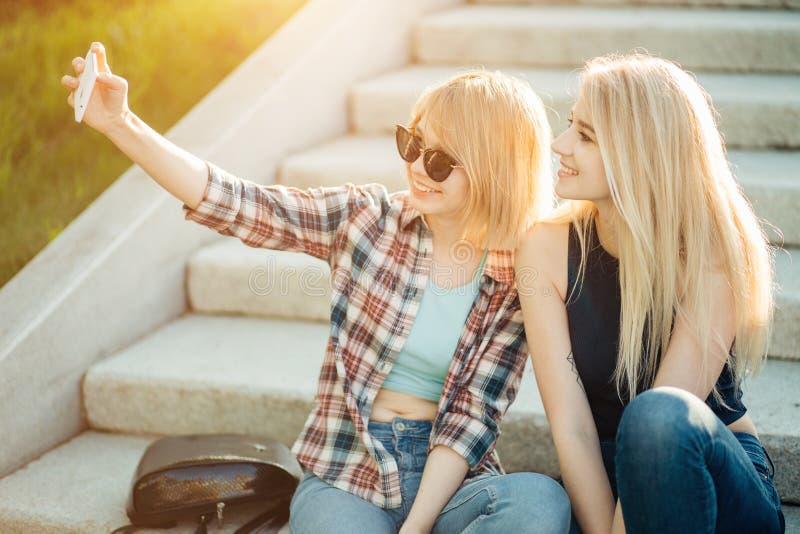 Porträt des Sommers im Freien von drei Freundspaßmädchen, die Fotos mit Smartphone machen stockfoto