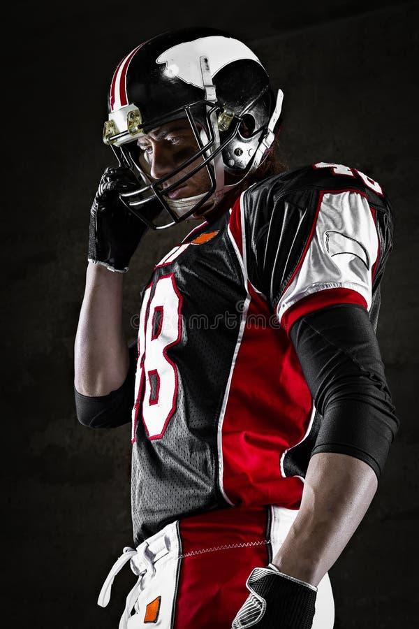 Porträt des Spielers des amerikanischen Fußballs, der beiseite schaut lizenzfreie stockfotos