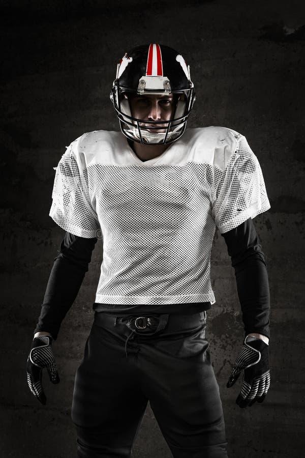 Porträt des Spielers des amerikanischen Fußballs, der Kamera betrachtet lizenzfreie stockbilder