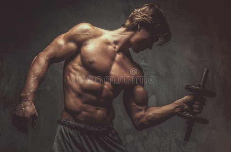 Porträt des sportlichen hemdlosen Mannes mit Dummkopf lizenzfreies stockbild