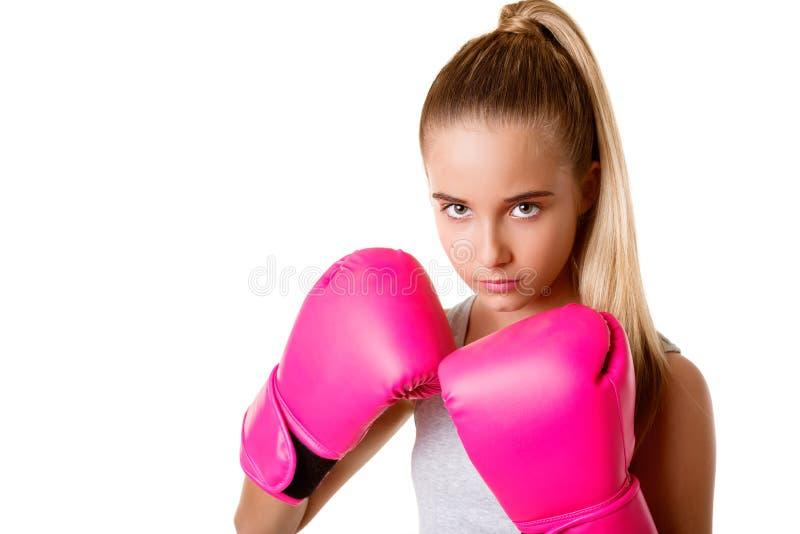 Porträt des sportlichen jungen Mädchens mit kämpfenden Handschuhen stockfoto