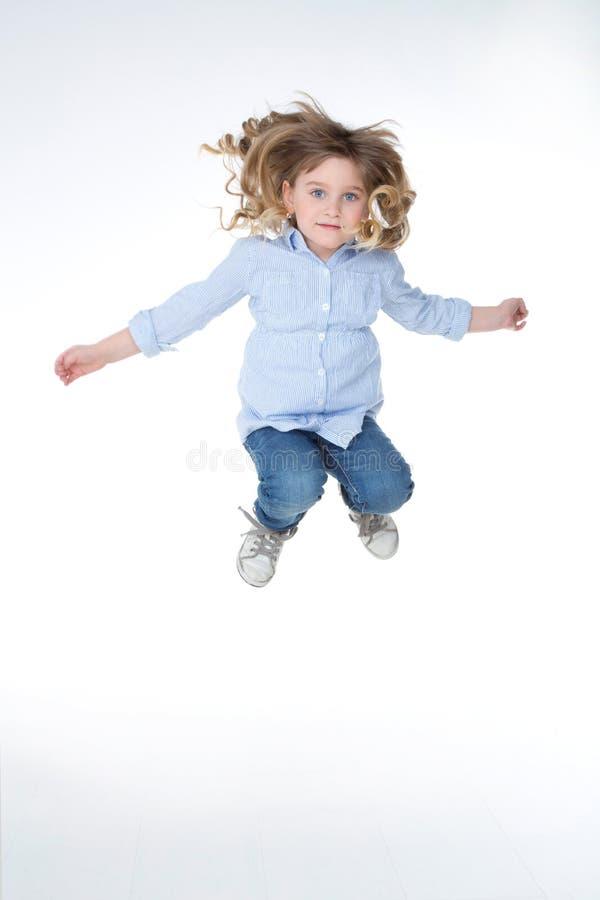 Porträt des sportlichen kleinen Mädchens lizenzfreie stockfotos