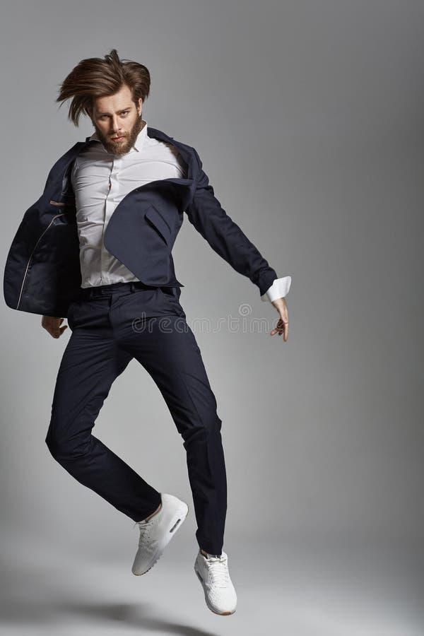 Porträt des springenden flexiblen Kerls lizenzfreies stockfoto