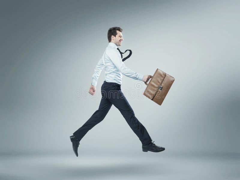 Porträt des springenden Managers lizenzfreies stockbild