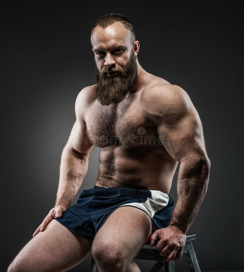 Porträt des starken bärtigen Mannes mit perfekter ABS, Pecs schultert, stockfoto