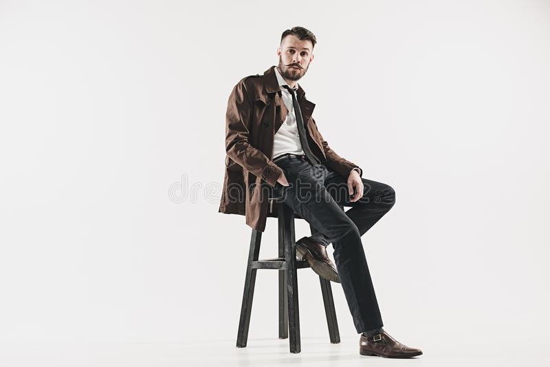 Porträt des stilvollen hübschen jungen Mannes stockfotos