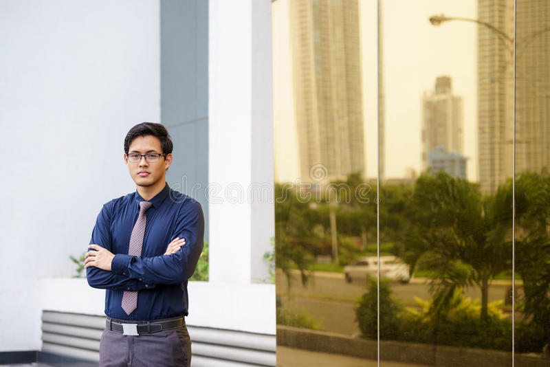 Porträt des stolzen und überzeugten chinesischen Büroangestellten lizenzfreies stockbild