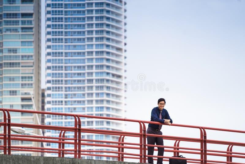 Porträt des stolzen und überzeugten chinesischen Büroangestellten stockbilder