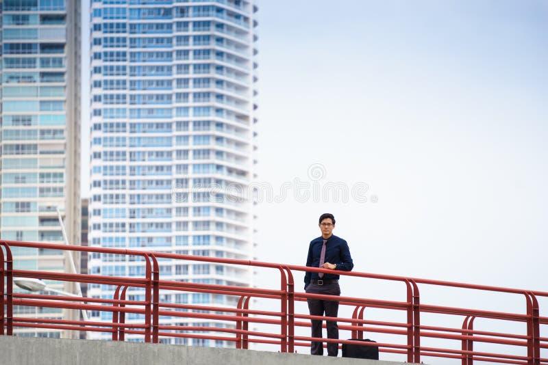 Porträt des stolzen und überzeugten chinesischen Büroangestellten lizenzfreies stockfoto