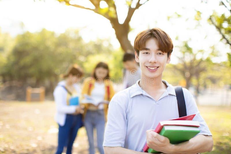 Porträt des Studenten auf dem Campus lizenzfreie stockfotos