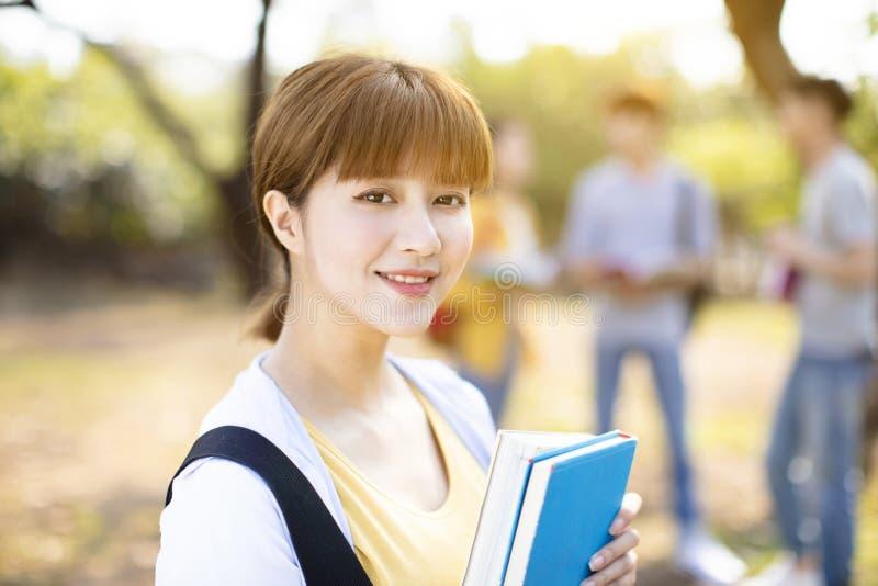Porträt des Studenten auf dem Campus lizenzfreie stockfotografie