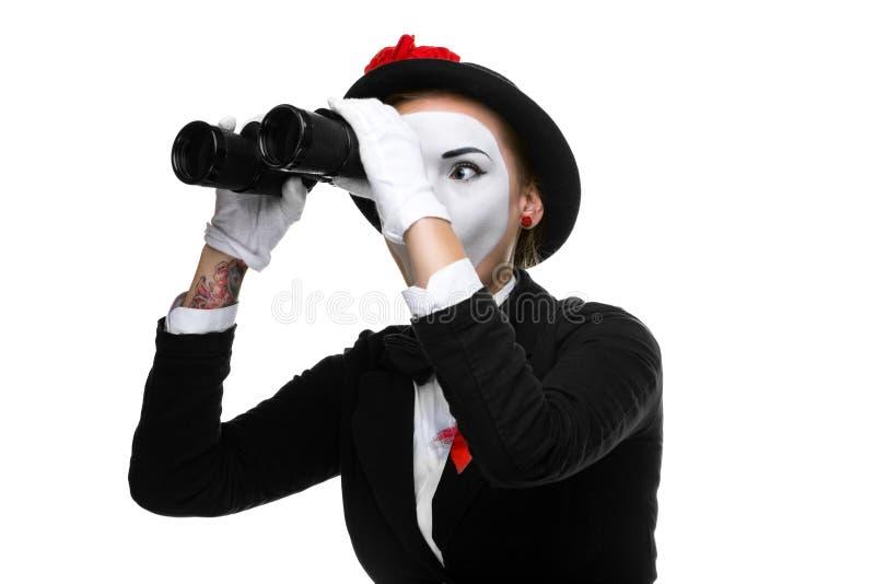 Porträt des suchenden Pantomimen mit Ferngläsern stockfoto