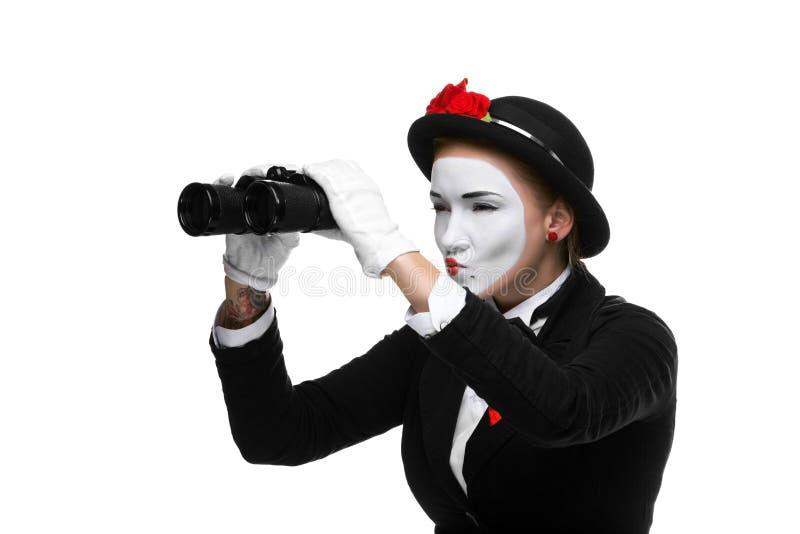 Porträt des suchenden Pantomimen mit Ferngläsern stockfotografie