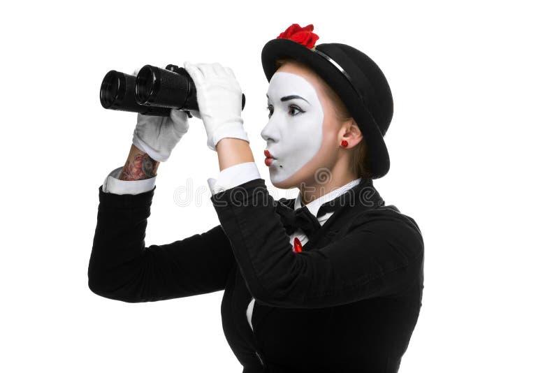 Porträt des suchenden Pantomimen mit Ferngläsern lizenzfreies stockbild