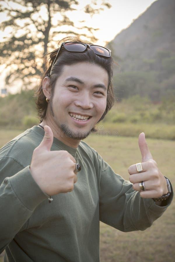 Porträt des toothy lächelnden Gesichtes des asiatischen Hippie-Mannes mit Glück lizenzfreie stockfotos