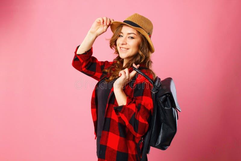 Porträt des touristischen Mädchens des jungen schönen blonden smiley, das Querstation hält lizenzfreie stockfotos