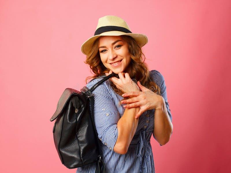 Porträt des touristischen Mädchens des jungen schönen blonden smiley, das Querstation hält lizenzfreie stockbilder