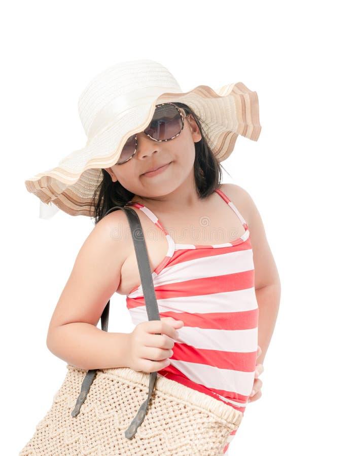 Porträt des tragenden Badeanzugs des netten Mädchens mit Hut lizenzfreie stockfotos