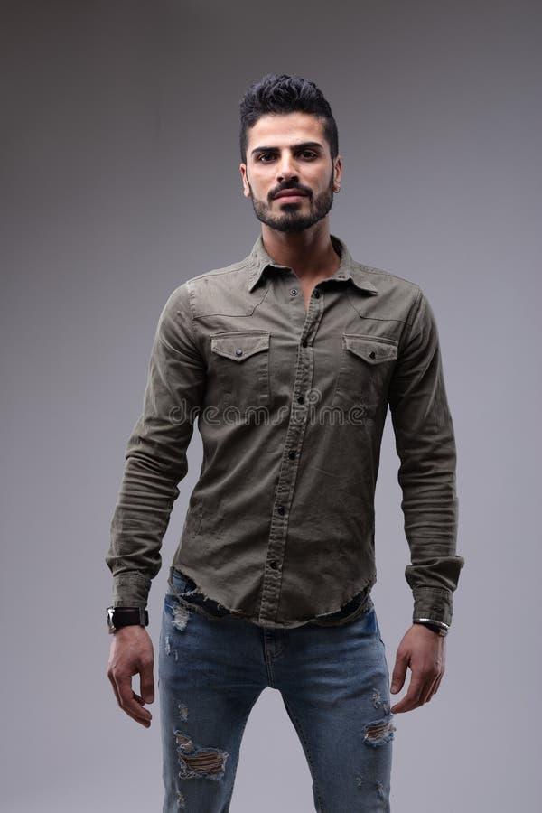 Porträt des tragenden Hemdes des jungen bärtigen Mannes lizenzfreie stockfotografie