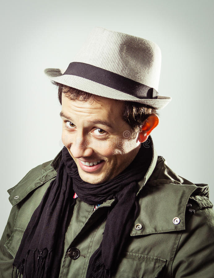 Porträt des tragenden Hutes und des Schals des jungen Mannes lizenzfreies stockfoto