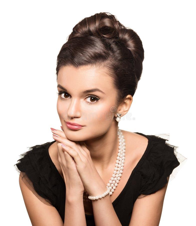 Porträt des tragenden Perlenschmucks der schönen Brunettefrau stockfotos