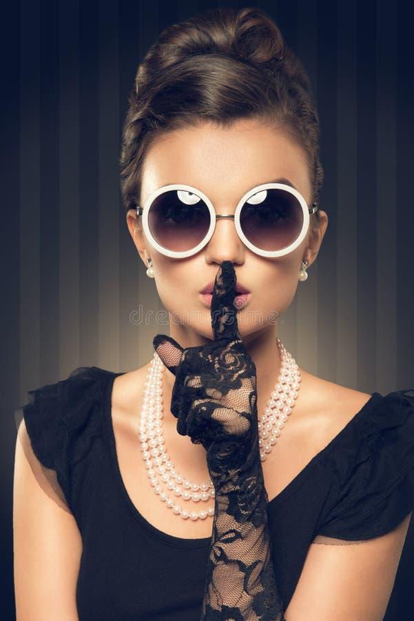 Porträt des tragenden Perlenschmucks der schönen Brunettefrau stockbilder