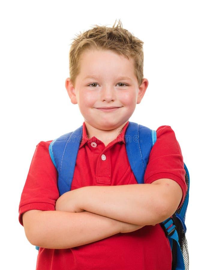Porträt des tragenden Rucksacks des glücklichen Grundschulestudenten stockbild