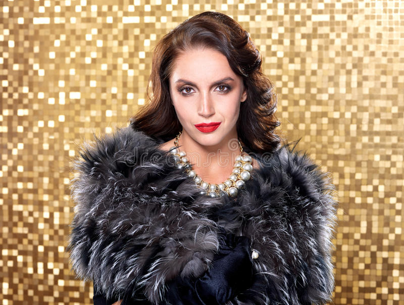 Porträt des tragenden Silberfuchspelzes der eleganten Frau des Brunette Retro- über Goldmosaikhintergrund stockbilder