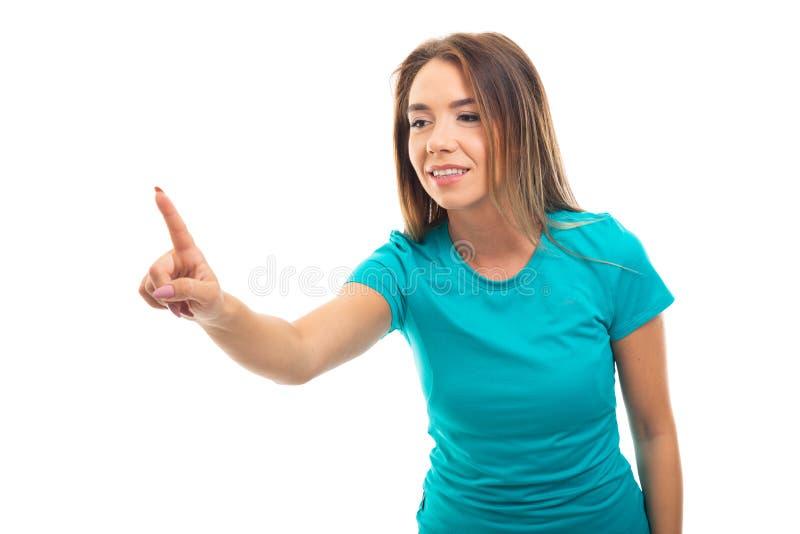 Porträt des tragenden T-Shirts des jungen hübschen Mädchens unter Verwendung unsichtbaren zu stockfoto