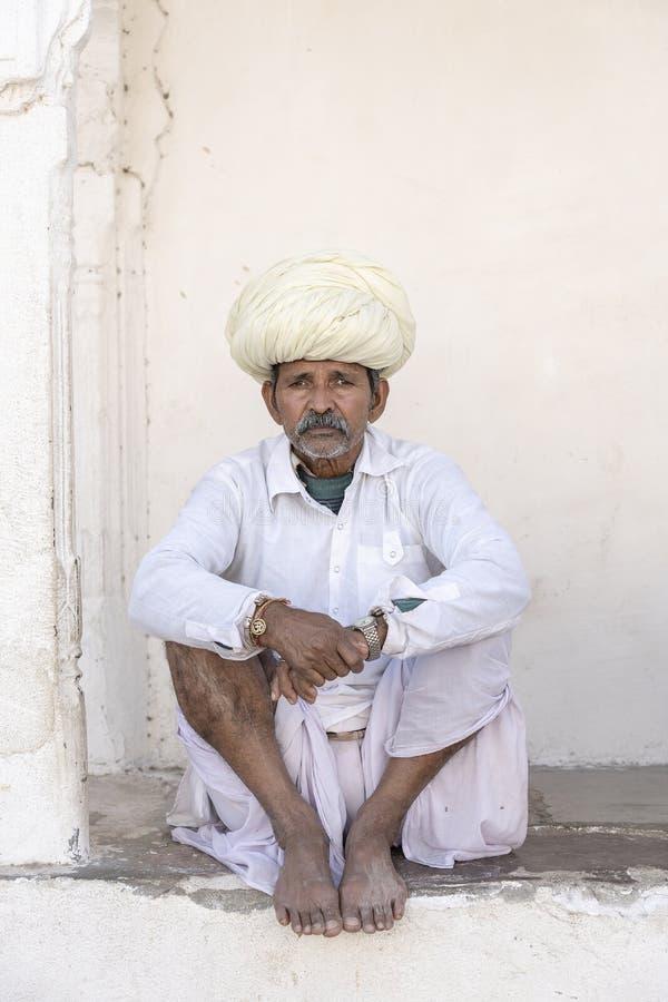 Porträt des tragenden Trachtenkleid- und Turbanbesuchs Rajasthani-Mannes zur heiligen Stadt Pushkar, Rajasthan, Indien, Abschluss lizenzfreies stockbild