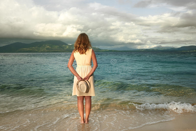 Porträt des tragenden weißen Kleides der romantischen Frau auf einem tropischen bea stockbild