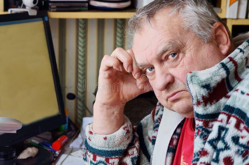 Porträt des traurigen älteren Mannes lizenzfreies stockfoto