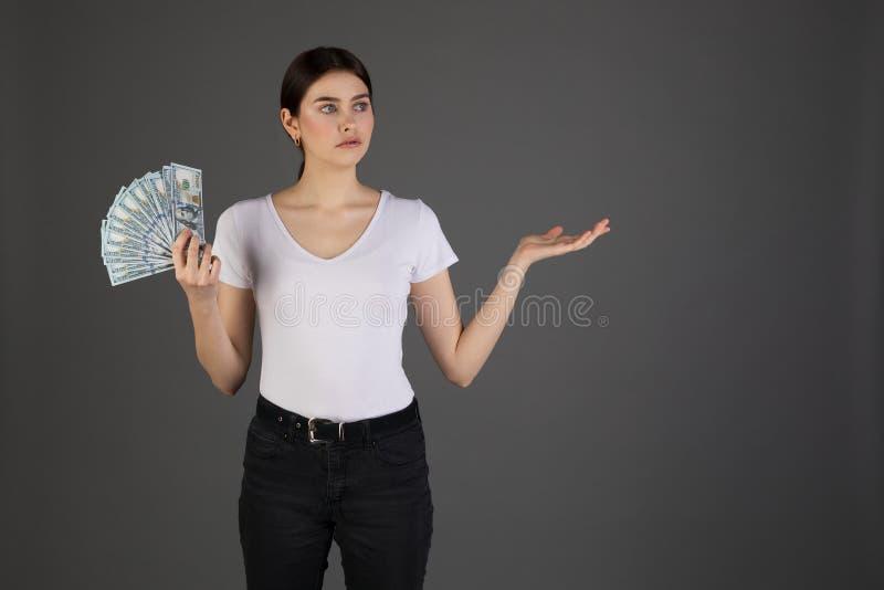 Porträt des traurigen brunette Mädchens des Umkippens im weißen T-Shirt stockfotografie