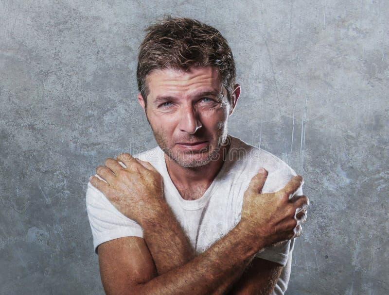 Porträt des traurigen und deprimierten Mannes, der hoffnungsloses Gefühl frustriert und hilflos in der Krise und in den sadnes um lizenzfreie stockbilder