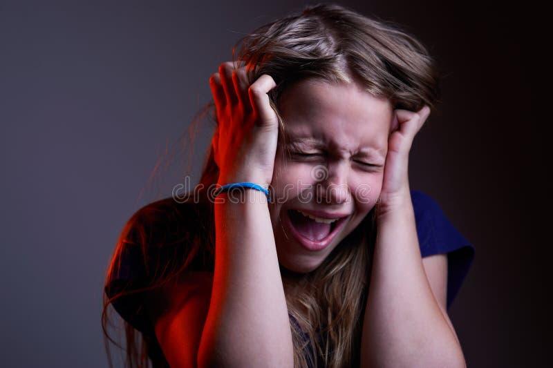 Porträt des unglücklichen schreienden jugendlich Mädchens stockfotografie
