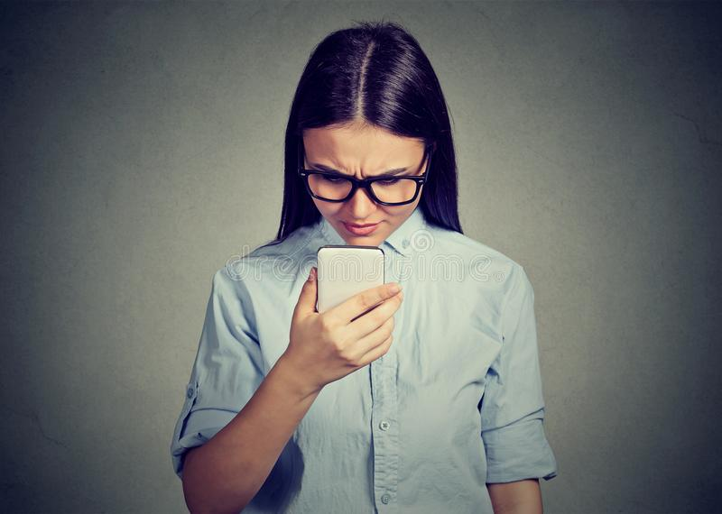 Porträt des Unterhaltungsc$simsens der traurigen ernsten Frau des Umkippens an einem Telefon missfiel mit Gespräch lizenzfreie stockfotografie
