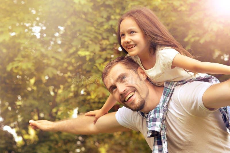 Porträt des Vaters mit Tochter im Sommerpark lizenzfreies stockfoto
