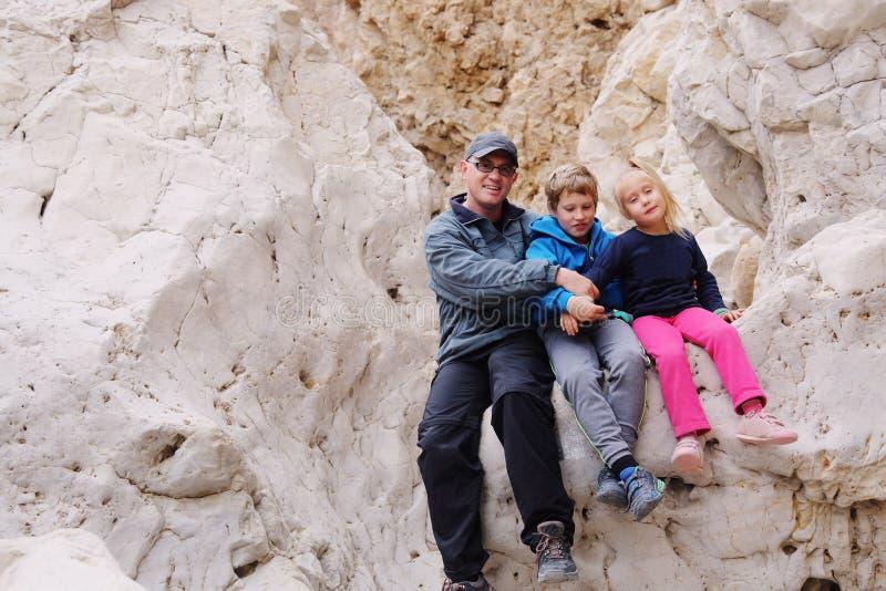 Porträt des Vaters mit zwei Kindern stockfoto