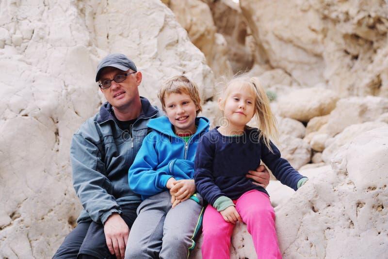 Porträt des Vaters mit zwei Kindern lizenzfreie stockbilder