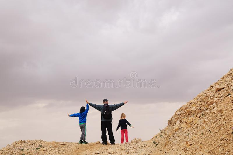Porträt des Vaters mit zwei Kindern stockbilder