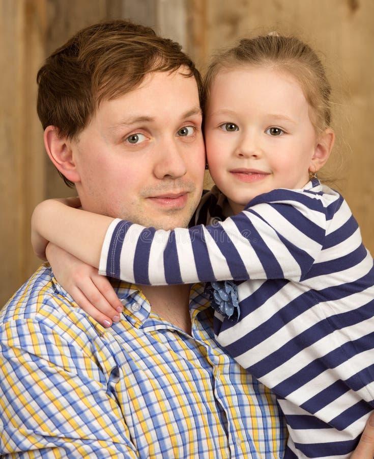 Porträt des Vaters und der schönen kleinen Tochter stockbild