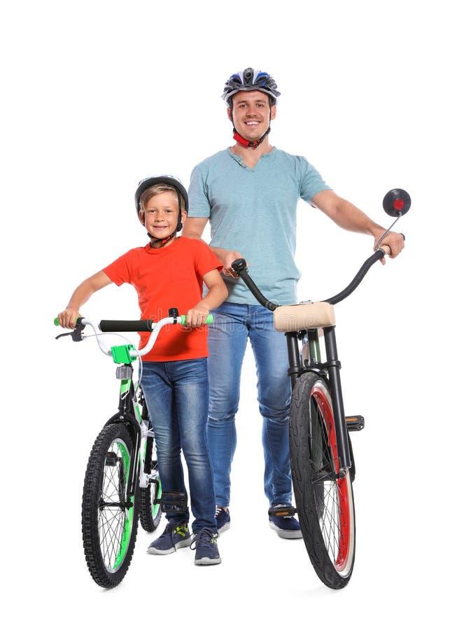 Porträt des Vaters und seines Sohns mit Fahrrädern lizenzfreie stockbilder