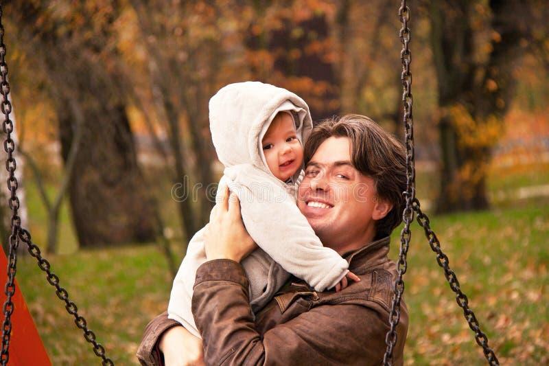 Porträt des Vaters und Sohn im Herbst parken stockfoto