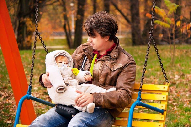 Porträt des Vaters und Sohn im Herbst parken lizenzfreie stockbilder
