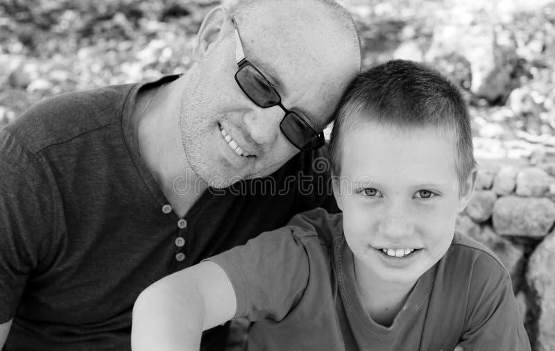 Porträt des Vaters und des Sohns draußen stockbild