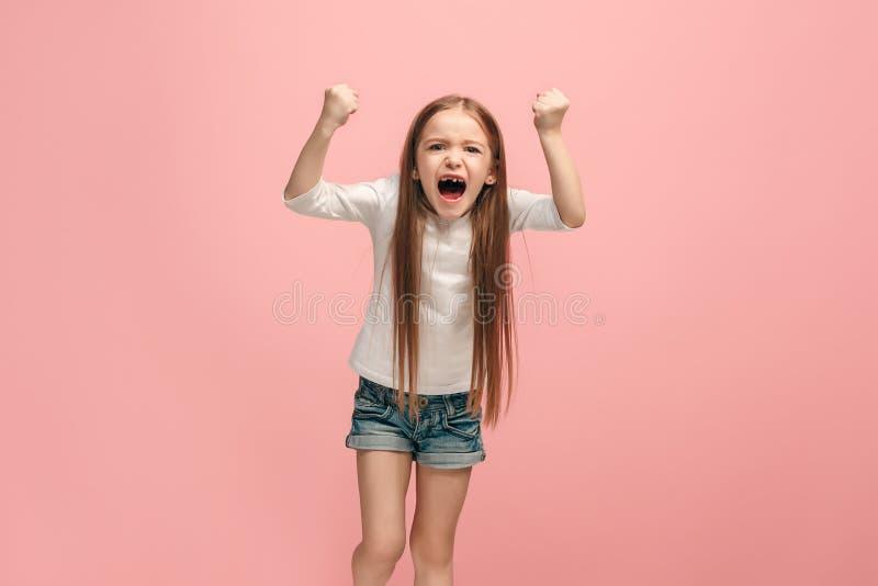 Porträt des verärgerten jugendlich Mädchens auf einem rosa Studiohintergrund lizenzfreies stockbild